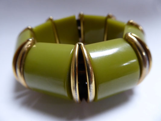 Pea soup green bakelite stretchie, USA, 30's. €180
