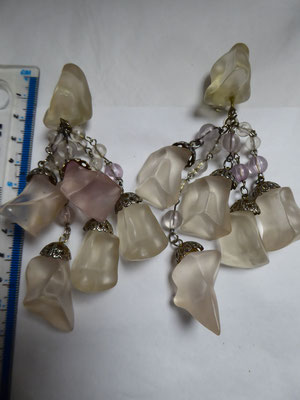 Long plastic chandelier clip earrings, USA. 13 cm long. Clear verging on slightly rose pink.  Silvertone metal. €89