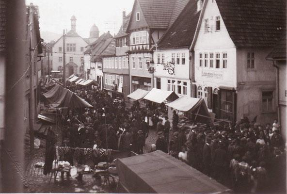 Markttreiben um 1925 (Bild Stadtarchiv Schlüchtern)