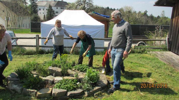 Gartenarbeit Kräuterspirale - Kreisverband Rosenheim