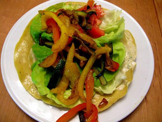 glutenfreier -paleowrap mit haufenweise Grillgemüse