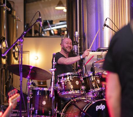 Am Schlagzeug: Jens Carstens