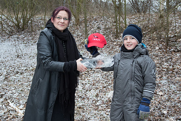Die Eisstärke wird begutachtet