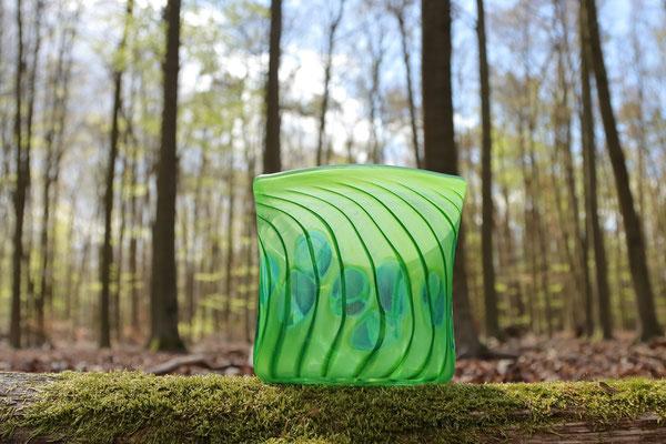 Vase, oval mit Optikdekor, opaldunkelgrün mit smaragdgrünen Punkten, Höhe 16 cm, Breite 15 cm