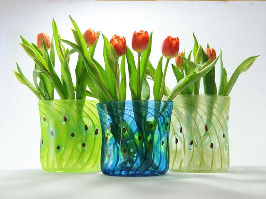 Vasen, oval, mit Tulpen