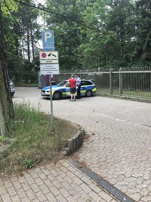 15:35 Uhr, Russisches Generalkonsulat Bonn: Jonas meldet dem enormen Polizeiaufgebot das Ende der Veranstaltung