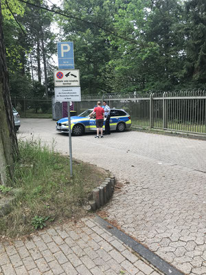 15:35 Uhr, Russian Consulate Bonn: Jonas informs the massive police presence that the action is finished