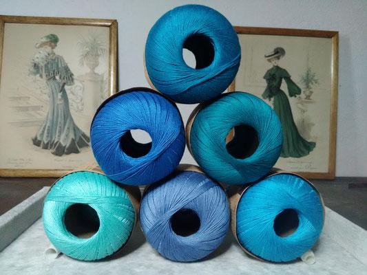 Palette des cotons bleus qui entreront dans mes créations de bijoux au crochet avec perles, des bijoux textiles hypoallergéniques