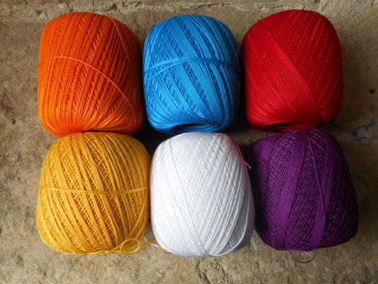 ensemble de pelotes de coton de couleurs variées qui entreront dans mes créations de bijoux au crochet avec perles