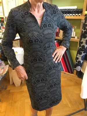 Ein superschönes Kleid, aus einem festen Strick-Stoff. Es steht ihr ausgesprochen gut!