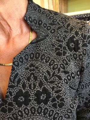 Mal etwas anderes: Die spezielle Form des Halsausschnitts.