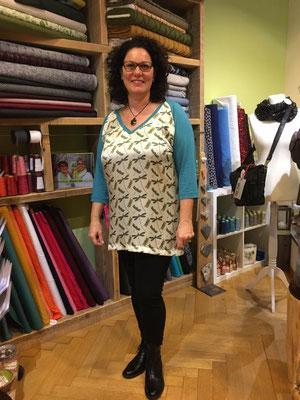 Tunika-shirt aus gemustertem Seidensatin kombiniert mit einem Viscose-Jersey.