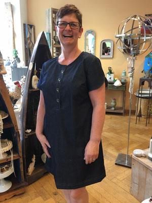 Ein Jeanskleid mit Passe und Metallknöpfen.