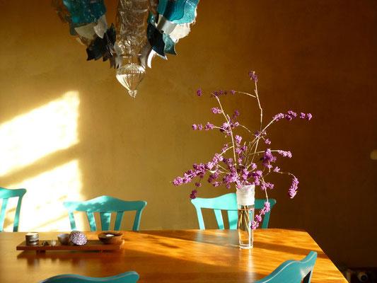 Stillleben Küche, Kronleucter, Tisch, Stühle und Zweig