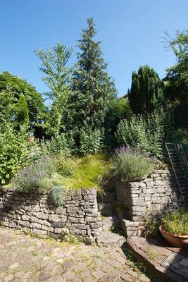 Werkhaus Garten mit Naturstein Trockenmauern und Treppe