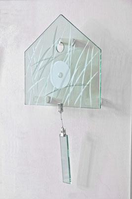 Glaspanel in Form einer Hausfront, 24 cm x 22 cm, Klarglas mit Halmen reliefgestrahlt, mit Pendel