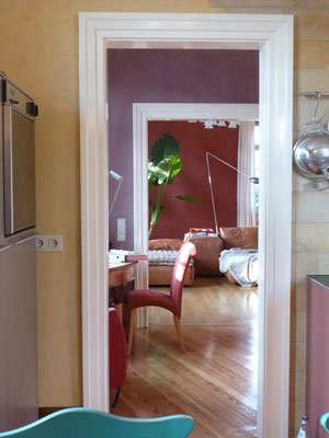 Blickins Wohnzimmer, farbig verputzte Wände im Werkhaus