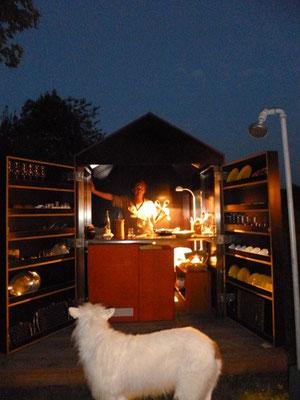 Gartenküche im Werkhaus bei Nacht
