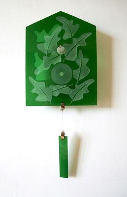 Glaspanel in Form einer Hausfront, 17 cm x 23 cm, grünes Überfangglas, Eichenblätter reliefgestrahlt, mit Pendel