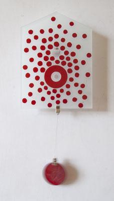 Glaspanel in Form einer Hausfront, 17 cm x 23 cm, Überfangglas reliefartig rot gefust und bemalt, roter Kreis in der Mitte