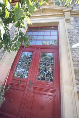 Werkhaus Weinbrennerportal, 2-flügelige, pompejanisch rote Türe mit quadratischem Oberlicht