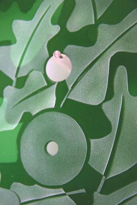 Detail Glaspanel 17 cm x 23 cm, grünes Überfangglas, Eichenblätter reliefgestrahlt