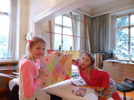 Kinder malen und zeichnen im Atelier