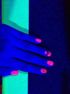 toller Leuchteffekt im Club mit rotem Neon-Nagellack