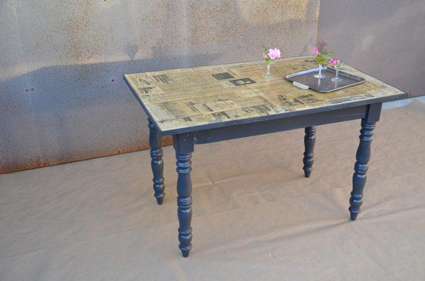 """Tisch """"Hier & Aujourd'hui"""""""