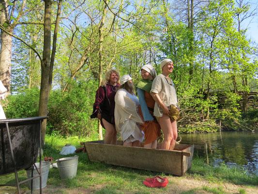 Nachdem die Ritter wieder weg waren wuschen sich die Frauen voller Freude die Füße...