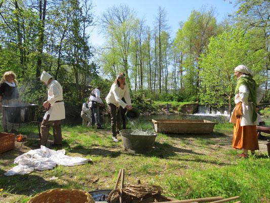 Doch schon bald mussten die Männer mittels einer Wasserkette Wasser für den Waschtag besorgen.