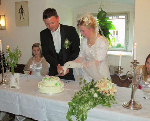 Und schließlich wird die Hochzeitstorte angeschnitten.