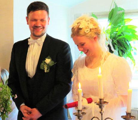 Das Brautpaar nimmt das erste Hochzeitsgeschenk entgegen...