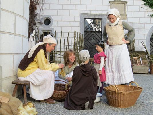 Familie Lämmlein beim Ratschlagen über die Tagesaktivitäten.