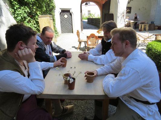 Der Bote und sein Gefährte würfeln mit Herrn Schulz und seinem Knecht.