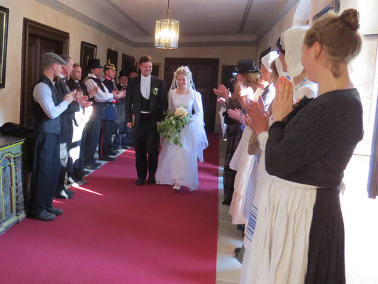 Schließlich verlässt das Brautpaar diesen gemeinsam unter Beifall der Anwesenden.