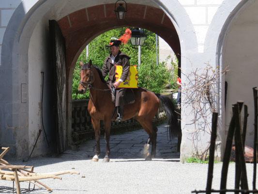 Die Ankunft des Hans Veith mit seinem Pferd...