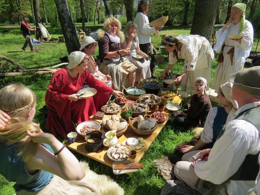 ... bevor das mittelalterliche Festessen stattfand.