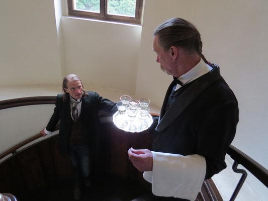 Die Kammerdiener versorgen die Herrschaften mit Erfrischungen...
