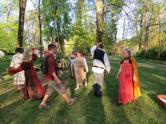 ... und das Dorf später tanzte.