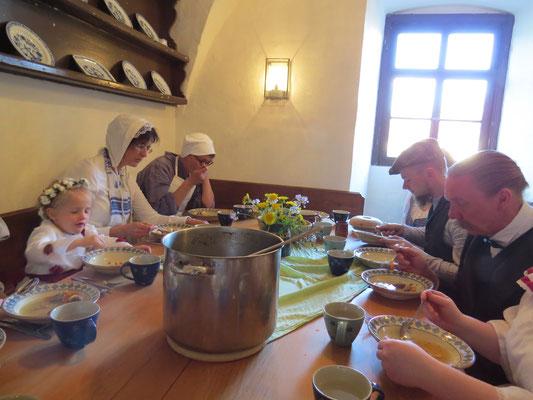 ... während dessen die Bediensteten ihr Essen genießen.
