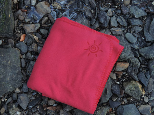 Rote Kuscheldecke aus Polarfleece für Terrasse