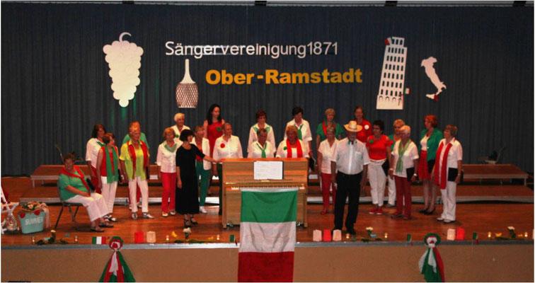 H. Hartmann und der Frauenchor eröffnen das Konzert