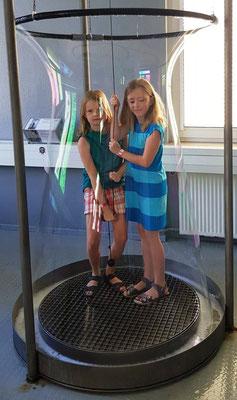2 Kommunionkinder eingeschlossen von der Riesen-Seifenhaut (Bild ist von den Eltern der Kommunionkinder und darf nicht verwendet werden)