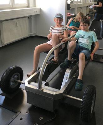 Auch das Energie-Go-Kart wird probiert (Bild ist von den Eltern der Kommunionkinder und darf nicht verwendet werden)