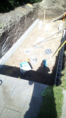 Teichbauer begradigen Boden Setzen Schalungssteine Koiteich mauern