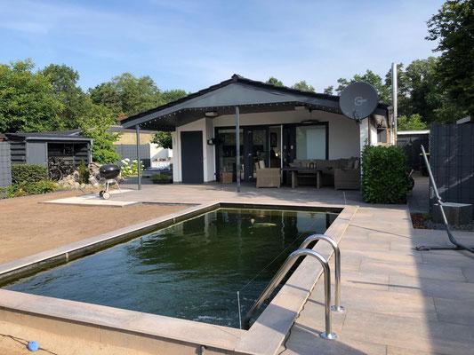 Sitzplatz am Schwimmteich Koiteich plastern Teichumfeld japanisch gestalten