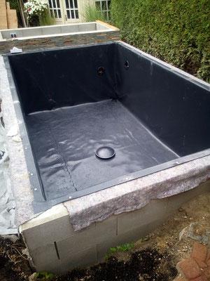 Teich mit Schalungssteinen bauen Teichvlies verlegen Teichfolie einschweißen