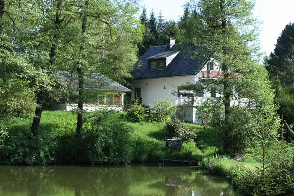 Milos Waldhaus - eingebettet in grüne Umgebung