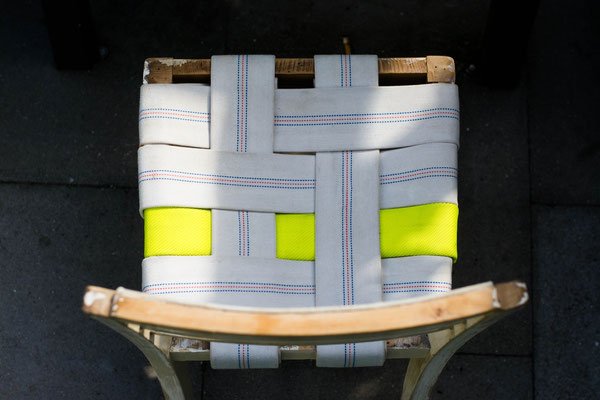 DIEVERS Unikat: Stuhl mit Feuerwehrschläuchen in neon gelb und weiß BY